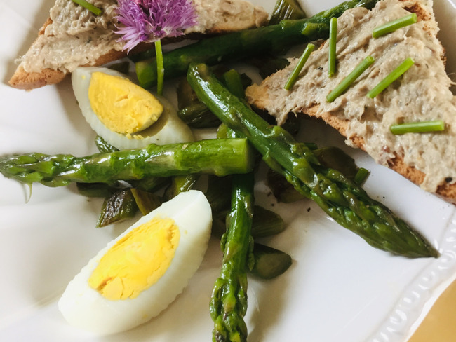Salade d'asperges, œuf dur et rillettes de sardines