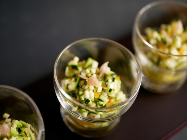 Verrines tomates et baby courgettes. Pickles de Fleurs de ciboulette.