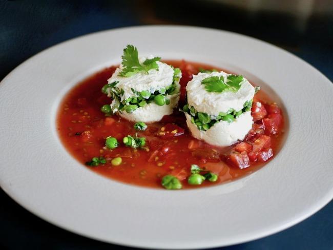 Brebis frais. Petits pois et coriandre. Concassée de tomates au vinaigre.