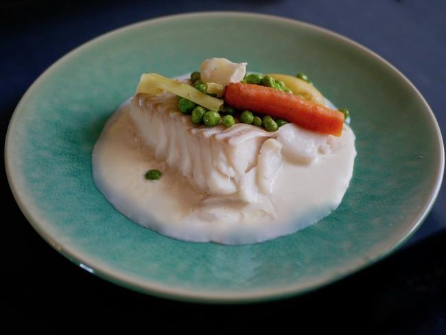 Dos de cabillaud crème à l'ail nouveau et jeunes légumes