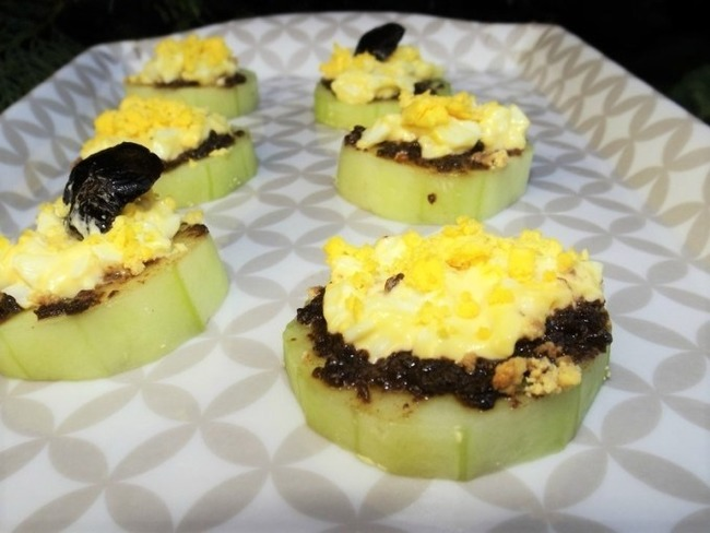 Canapés de concombre à la tapenade noire façon mimosa