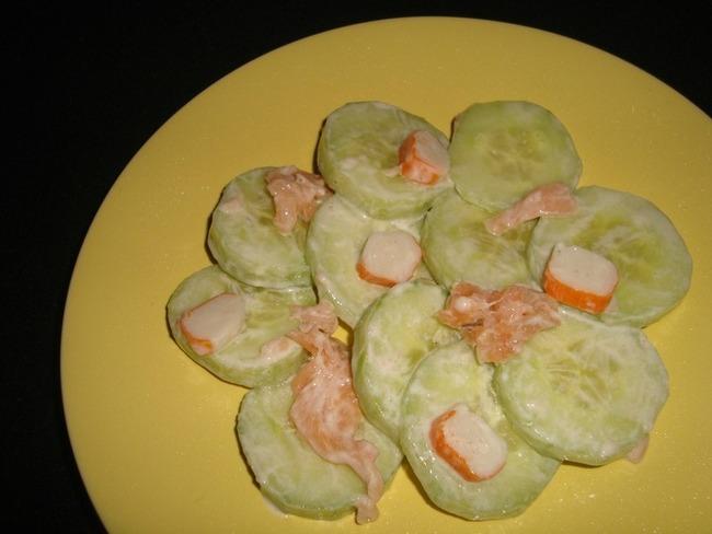 Salade de concombre, saumon fumé et surimi, sauce au tarama et à l'aneth