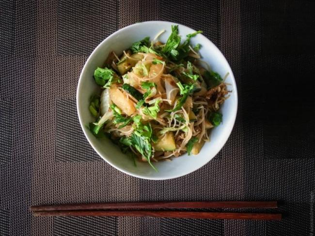 Vermicelles de riz sautés au chou chinois et aux courgettes