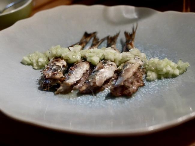 Filets de sardines grillées et sauce acidulée au concombre