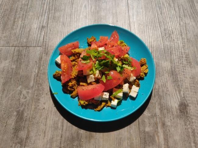 Brouillade d'œufs et salade tomate feta