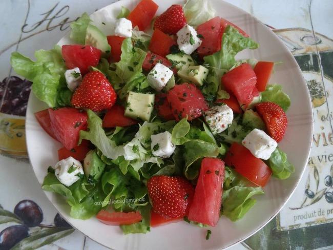 Salade de pastèque à la feta, aux tomates, avocat et fraises