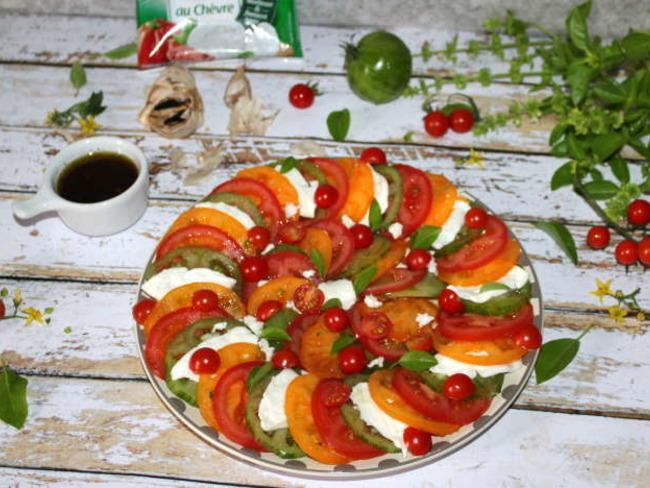 Salade de tomates et mozzarella à la vinaigrette à l'ail noir