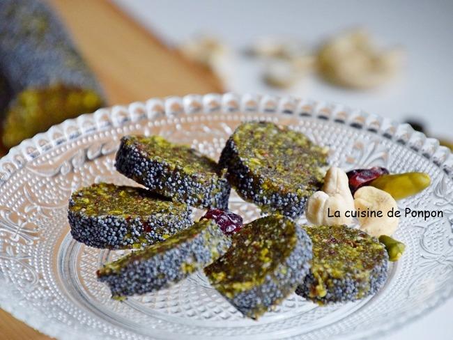 Barre énergétique aux dattes, pistaches, noix de cajou, cranberries, spiruline et acérola en poudre