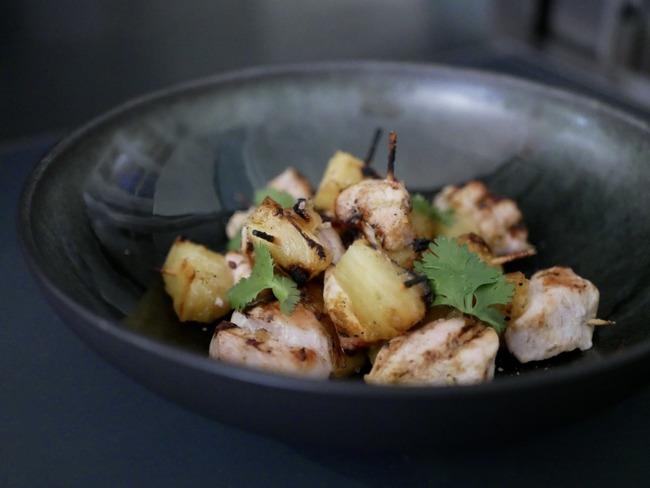 Mini brochettes de poulet curry ananas.