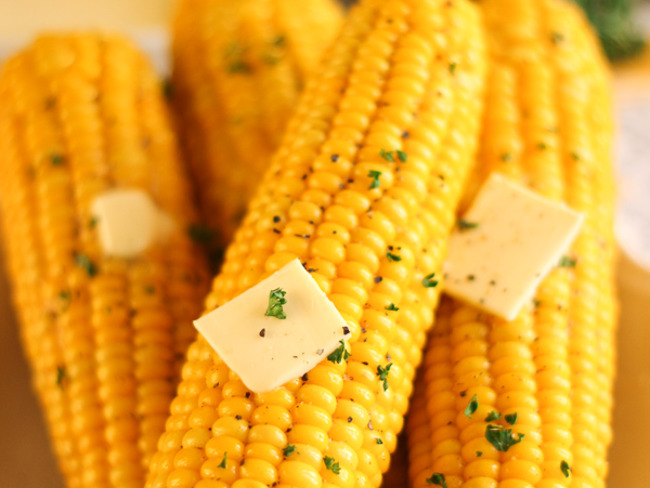 Épis de maïs juteux et croquants