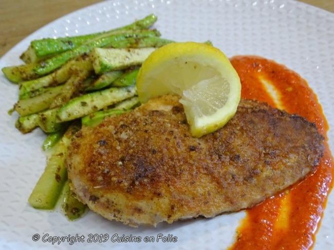 Escalopes de poulet panées au Parmesan et Pecorino, courgettes sautées, coulis de poivrons rouges