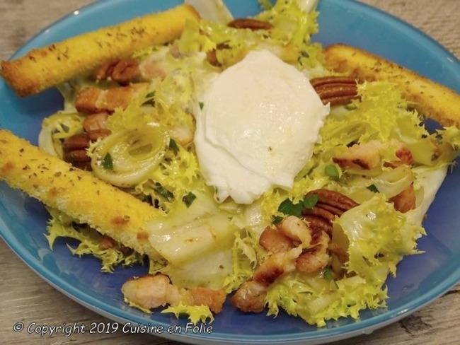 Salade frisée aux lardons, oeuf poché et noix de pécan