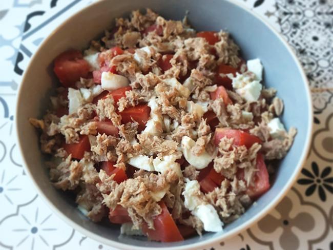Salade de tomates, miettes de thon et mozzarella
