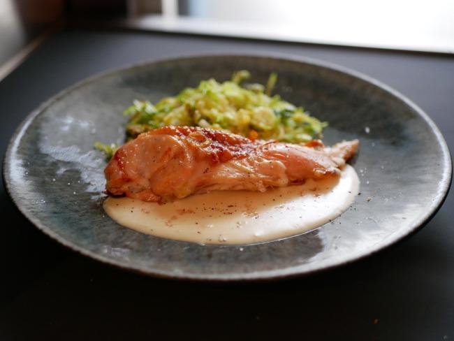 Suprême de volaille. Choux braisés. Sauce suprême. Citron caviar.