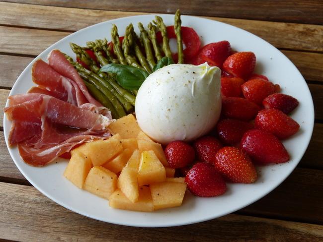 Burrata aux fraises, asperges, tomates, melon et jambon cru