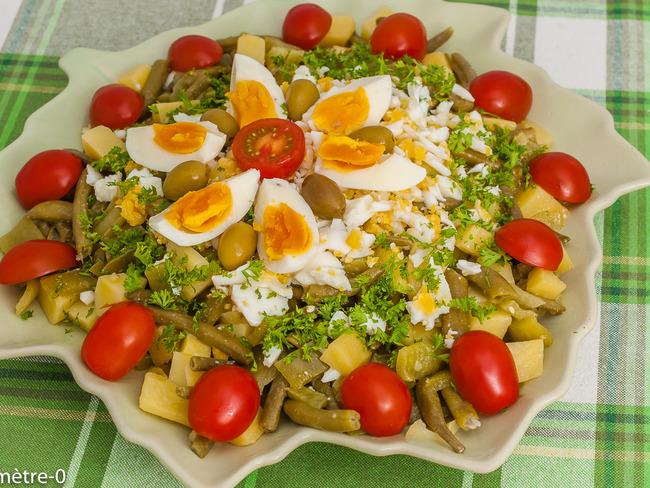 Salade de haricots verts, poivrons, pommes de terre et oeufs