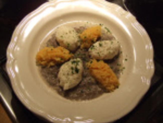 Quenelles de poisson, sauce champignons et riz safrané