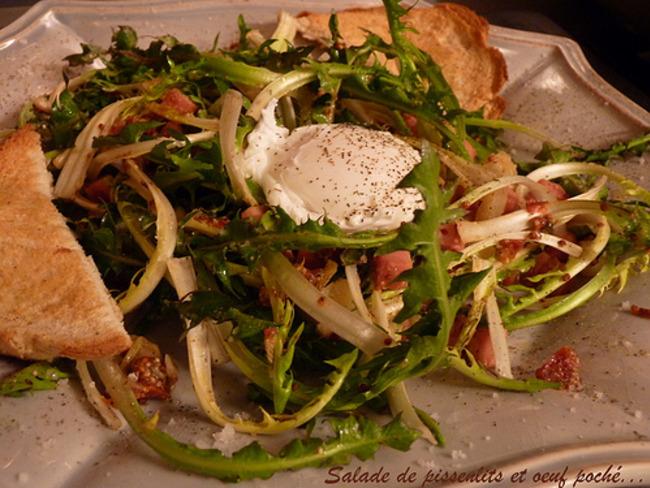 Salade de pissenlits aux lardons et à l'oeuf poché