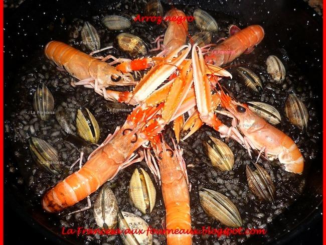 Arroz negro : paella de fruits de mer à l'encre de seiche