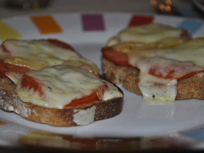 Tartines tomates et cantal