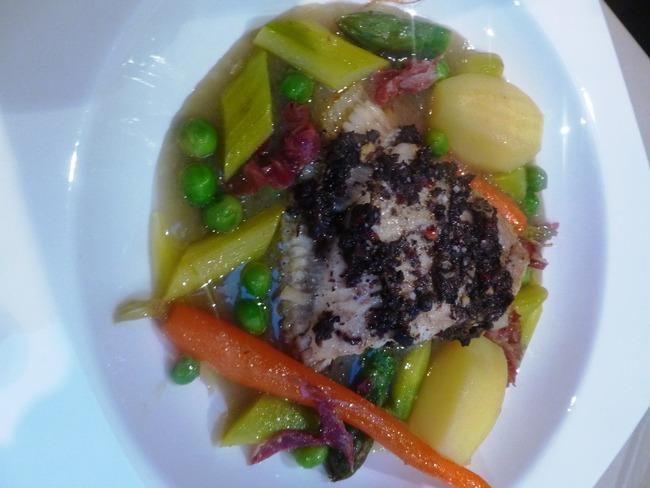 Turbot tartufo cuit sur l'arête, jus de fenouil, petits pois, carottes, asperges vertes et Noir de Bigore