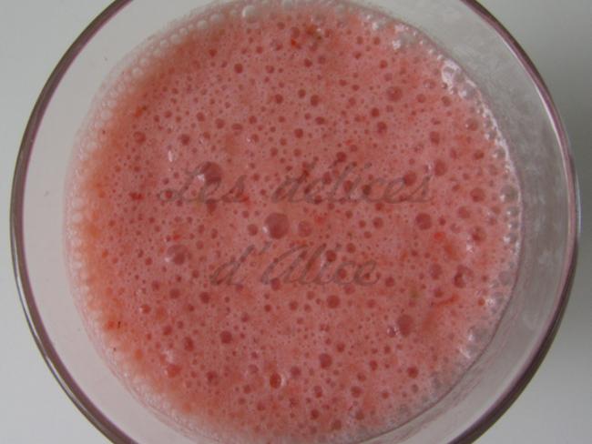 Milkshake noix de coco, fraise et rhubarbe