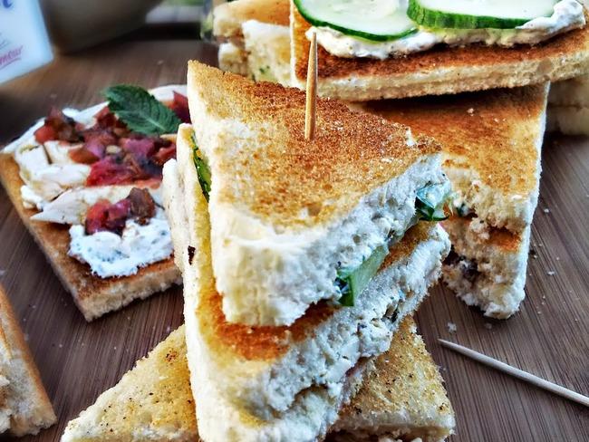 Club sandwich au poulet mariné, zaatar et mélasse de grenade
