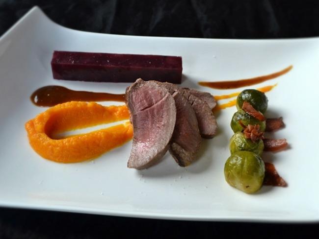 Chevreuil, poires au vin, potimarron et choux de Bruxelles
