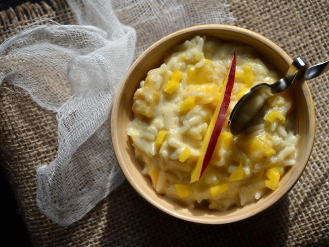 Riz au lait de coco, à la banane et à la mangue