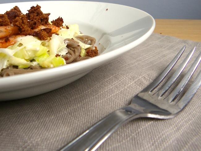 Crevettes au pain d'épices, poêlée de poireaux au chèvre et nouilles de sarrasin