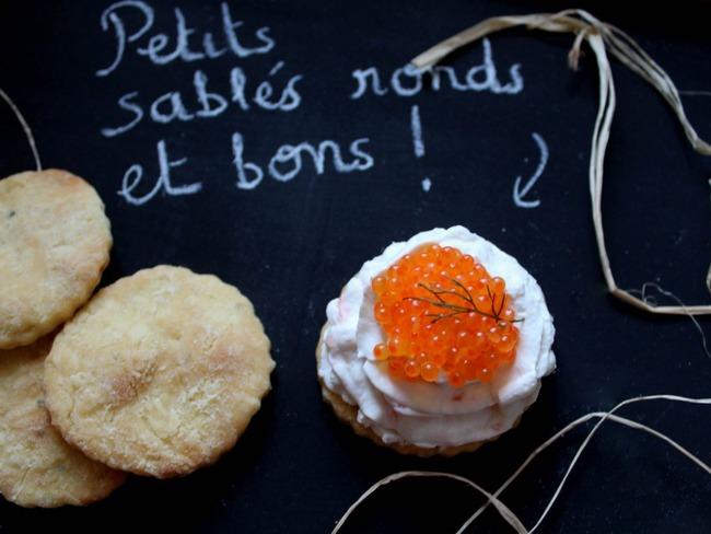Petits sablés au parmesan garnis à la crème de saumon