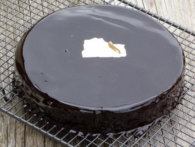 Gâteau de crêpes ganache chocolat café comme un palet d'or