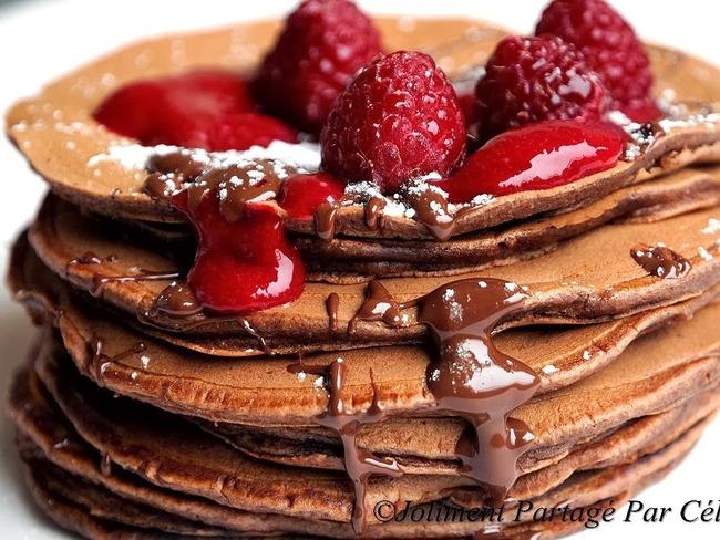 Pancakes au cacao et coulis de framboises