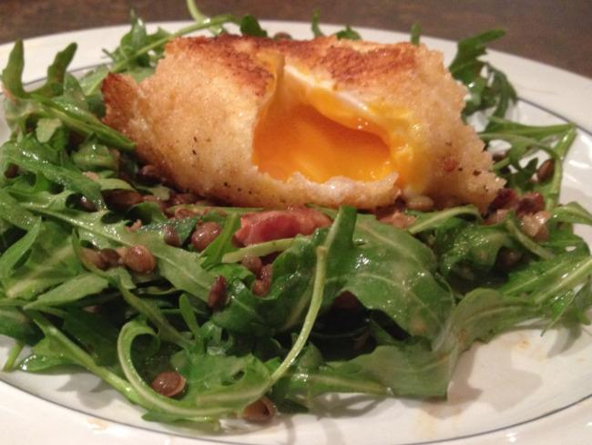 Oeuf mollet frit, salade de lentilles