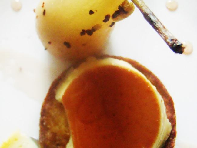 Sablé breton aux épices indiennes, poire pochée et flan au lait