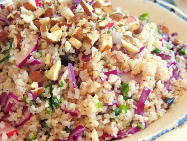 Salade de boulgour aux fruits secs, sauce à la purée d'amande et à l'orange