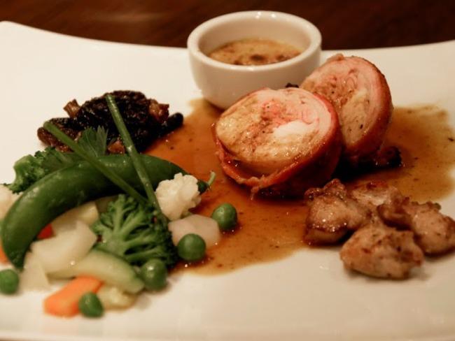 Tournedos de lapereau rôtis, ses côtes grillés, jus de lapereau aux morilles, crème brûlée au foie gras