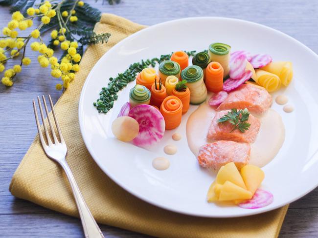 Saumon sauce au beurre blanc et jardin de légumes
