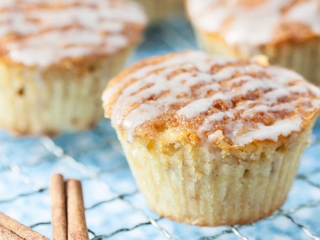 Gâteau aux pommes, beurre salé et glaçage cannelle