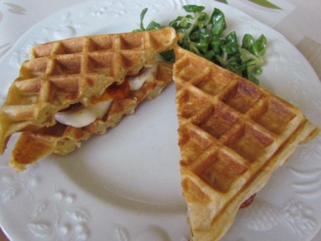 Gaufres au chorizo, crème de poivron et mozzarella