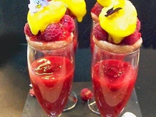 Framboises au champagne rosé et leur macaron St Emilion de Chrispophe Michalak