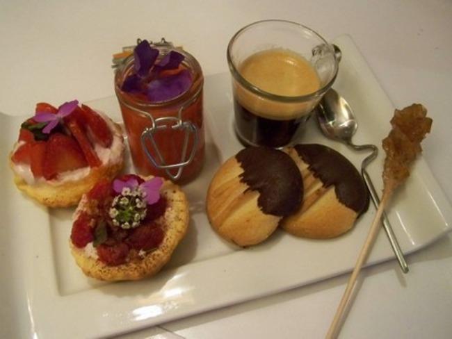 Mini tartes framboises, soupe de fraises au jus de yuzu pour un café gourmand ....