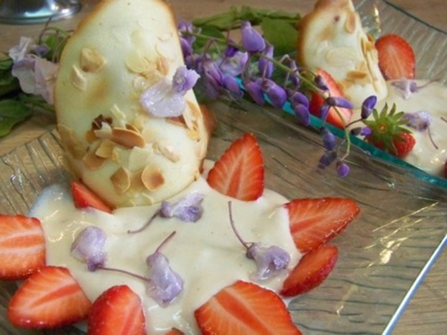 Crème mousseuse à la glycine, tuiles aux fleurs de glycine et fleurs de glycine givrées
