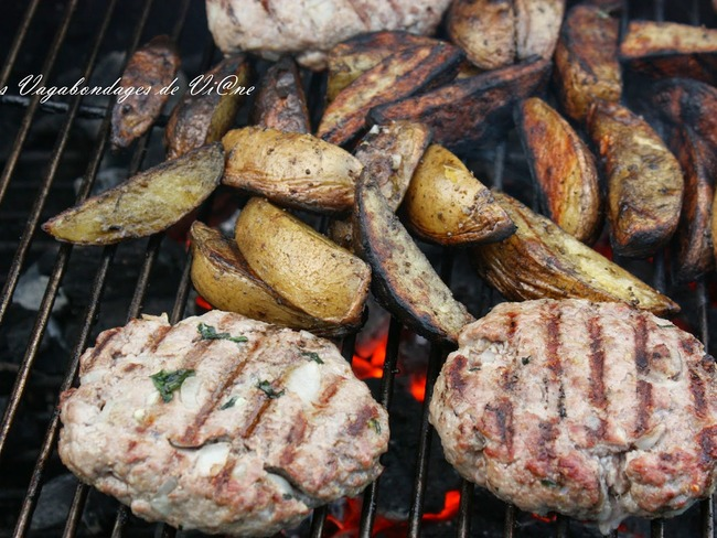 Steaks hachés et pommes de terre au barbecue