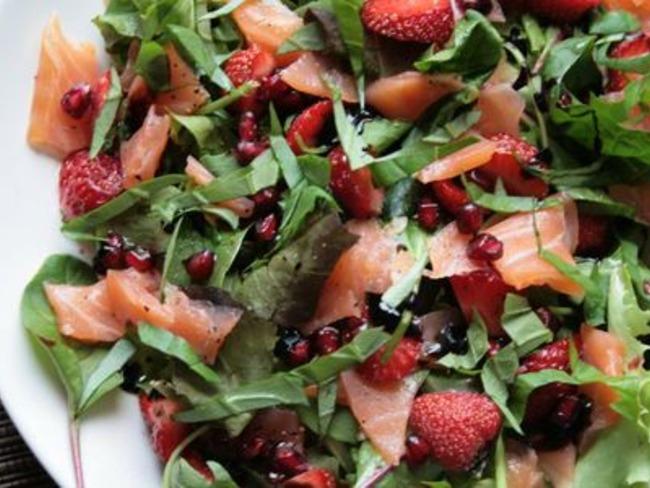 Salade au saumon, fraises, grenade et basilic