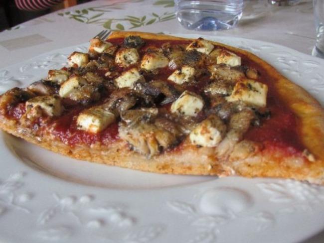 Pizza aux sardines et à la feta