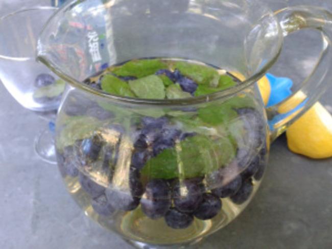 Punch fruité au vin blanc et aux myrtilles