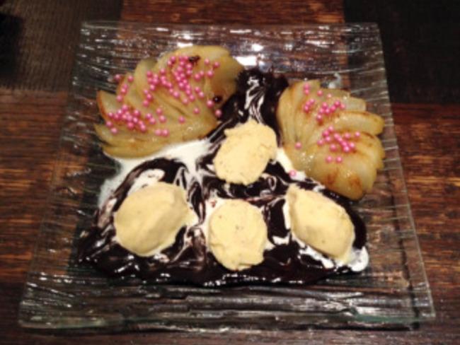 Poires cuites, glace vanille et sauce chocolat
