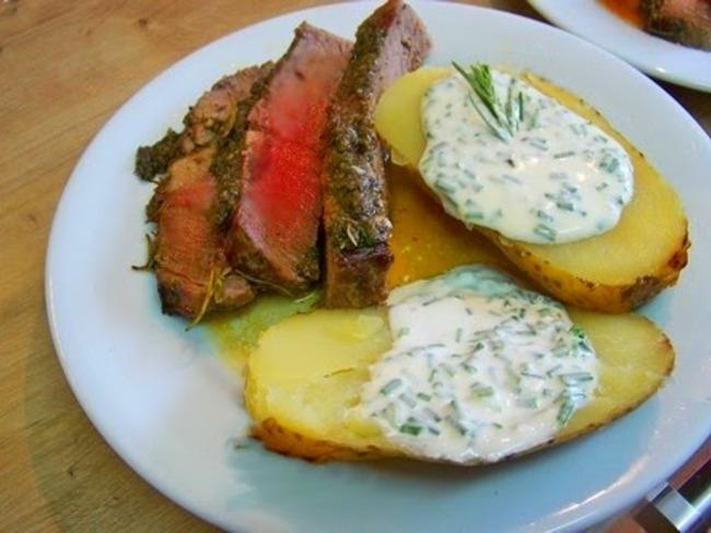 Côte de boeuf au beurre de romarin et croûte de tapenade, pommes de terre au four, crème de ciboulette