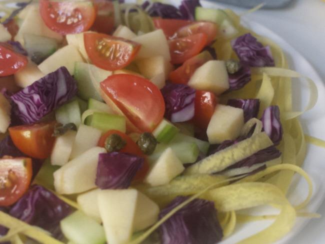 Salade croquante de mi saison et tagliatelles de carottes jaunes
